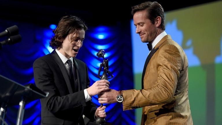 "Chalamet recibió el premio a ""estrella en ascenso"" de manos de Hammer"