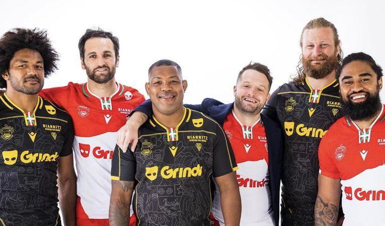 Los jugadores lucen la camiseta con el nuevo sponsor