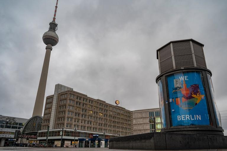 Vista del distrito comercial desierto Alexandeplatz de Berlín el 7 de enero de 2021 en medio de la pandemia del nuevo coronavirus