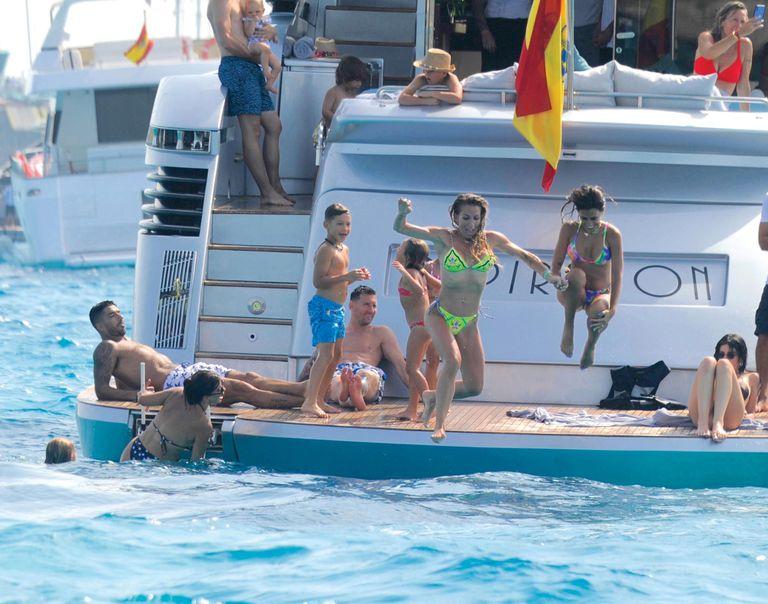 Las tres familias se relajaron a bordo del yacht Inspiration, cuyo alquiler vale 13.300 euros por día