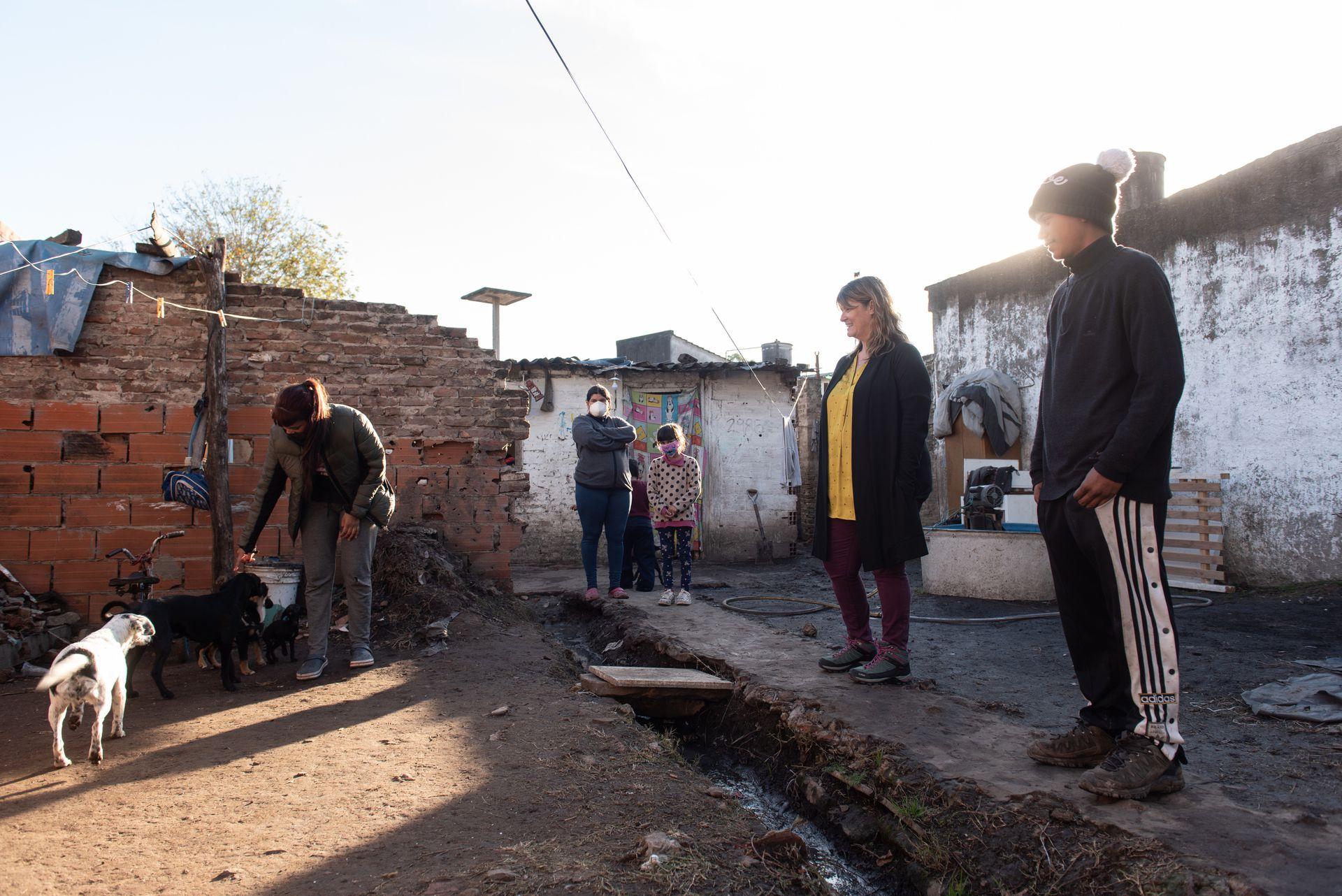 Paula Iglesias Brickles visita la casa en la que Sergio Geraci vive junto a su mamá y sus ocho hermanos