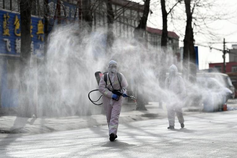 Desinfección en las calles de un distrito de Shijiazhuang, en China
