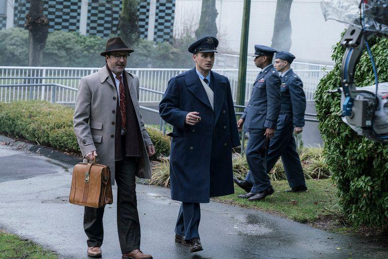 Hynek junto a su compañero, el piloto de la Fuerza aérea Michael Quinn (Michael Malarkey)