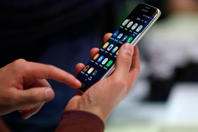 El Gobierno autoriza ajustes del 7,5% y del 2,5% en febrero y marzo, si las empresas devuelven lo que facturaron de más en enero; en tres meses, la telefonía celular habrá aumentado 15%