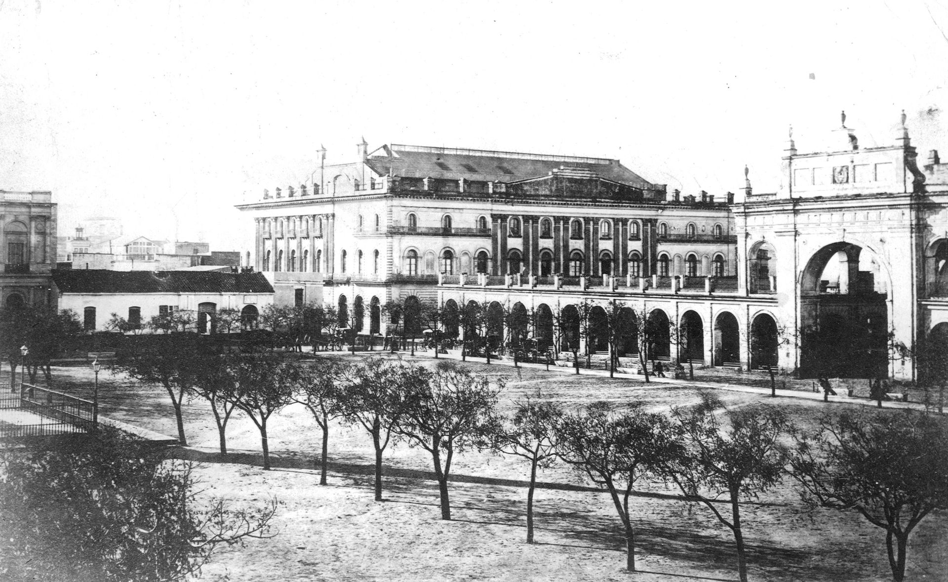 En 1857, Prilidiano Pueyrredon embelleció la plaza, plantó 300 paraísos. Ese año inauguró el primitivo el teatro Colón (al fondo), que tuvo funciones allí hasta 1888.