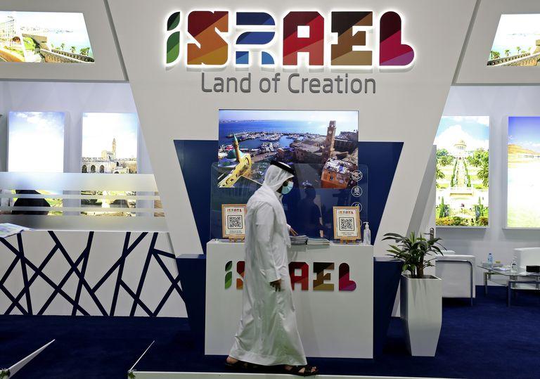 Un hombre pasa frente a un puesto de Israel el día de inauguración de la exhibición Mercado de Viajes Árabe en Dubái, Emiratos Árabes Unidos, el domingo 16 de mayo de 2021. (AP Foto/Kamran Jebreili)