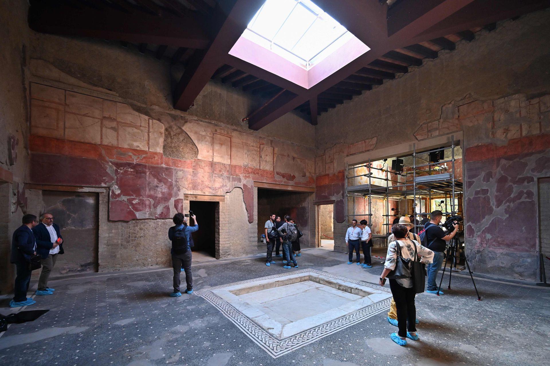 En su interior hay impresionantes frescos, durante la presentación quienes entraron debieron utilizar protección en sus pies para no dañar los pisos de mosaico