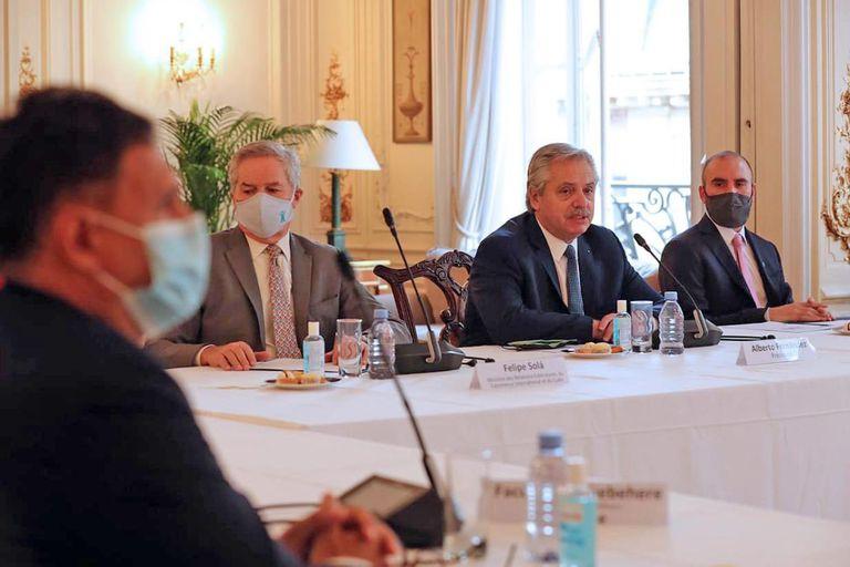 El presidente Alberto Fernández mantuvo un encuentro con empresarios franceses en la sede de la embajada argentina en París.