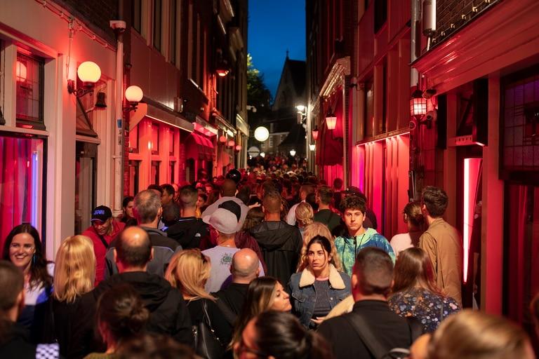 En 2019, 21,8 millones de turistas pasaron al menos una noche en Ámsterdam. El 85% eran extranjeros.