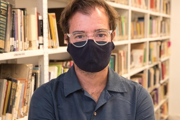 Avogadro, en la sala principal de la biblioteca Leopoldo Lugones, en Belgrano; puesta en valor hace unos años, abre al público para préstamo de libros, con protocolo, todos los días, desde las 10