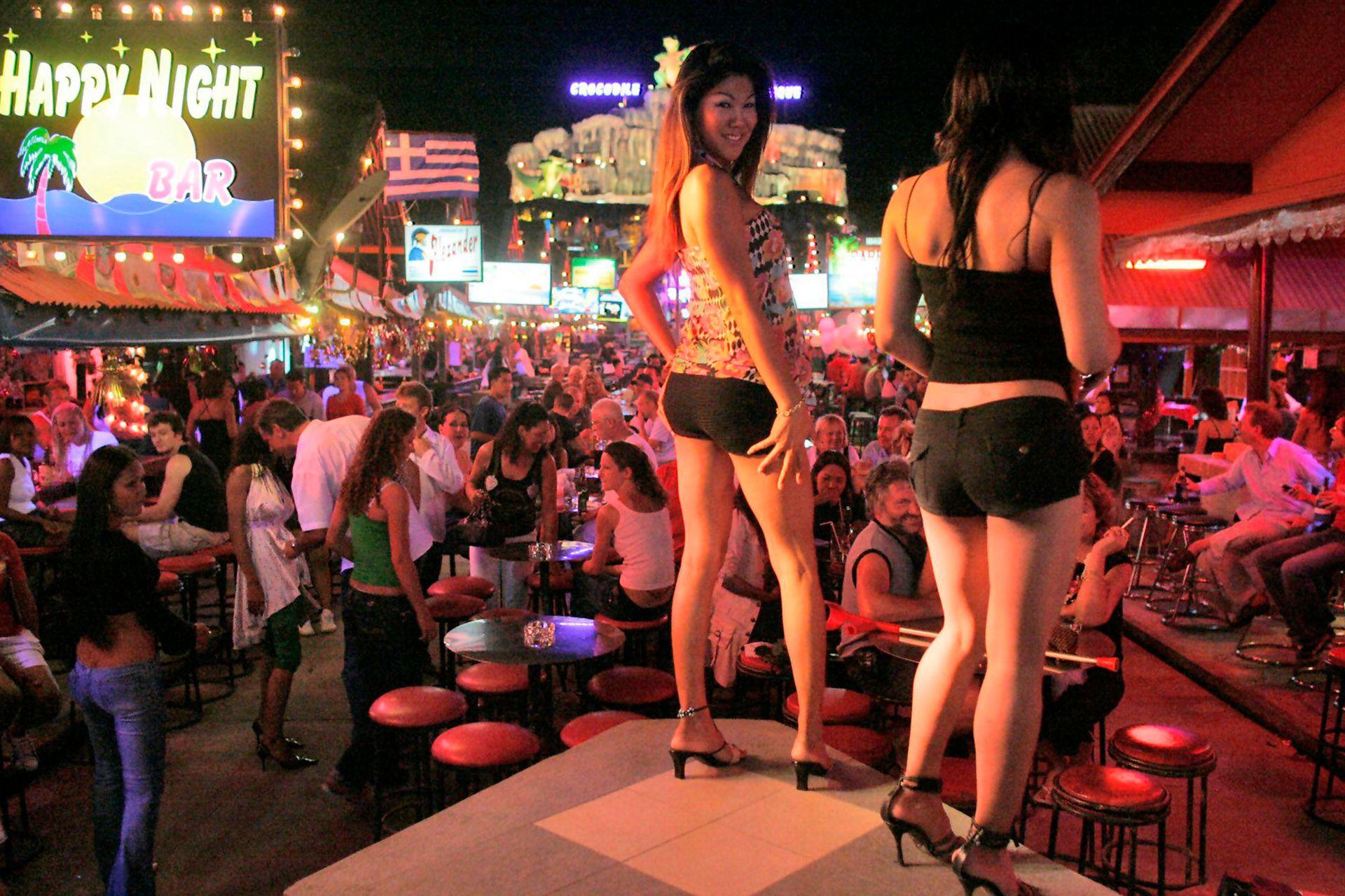 Bailarinas en el escenario de un club nocturno en la popular zona turística de la playa de Patong