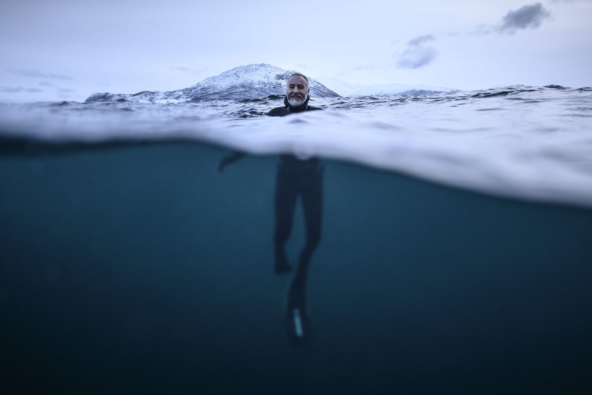 El experto en orcas francés Pierre Robert De Latour posa para una fotografía