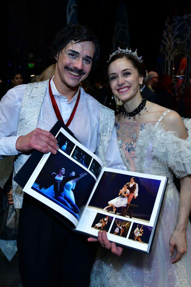Sus compañeros del Ballet Estable le obsequiaron un libro con fotos y testimonios de su historia