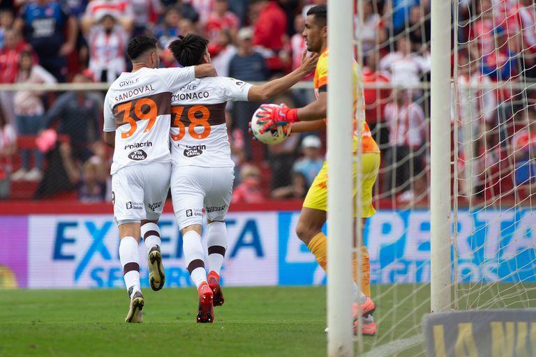 Kevin Lomónaco festeja con Sandoval el segundo gol de Platense ante Unión, en Santa Fe