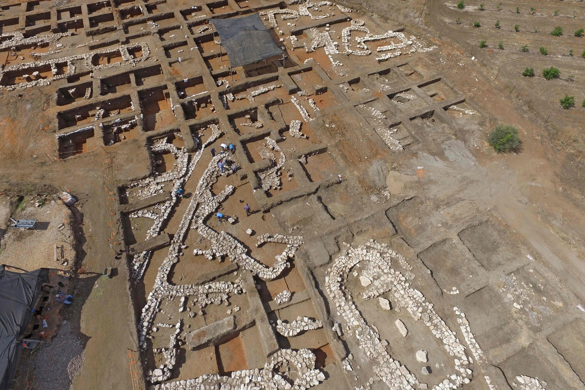 Según las estimaciones de Yitzhak Paz, (uno de los arqueólogos que trabaja en el lugar), el sitio había sido abandonado en el tercer milenio antes de nuestra era