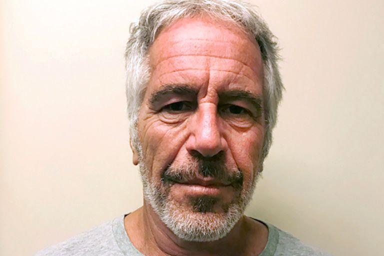 Tras años de impunidad dada por su poder económico y sus contactos, Jeffrey Epstein fue condenado en 2008 y quedó detenido