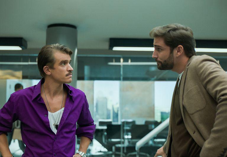 Fernando Guallar, caracterizado como Ambrosi, junto a Juan Ignacio Cane (José Pérez) en una de las escenas de la segunda temporada de Luis Miguel, la serie