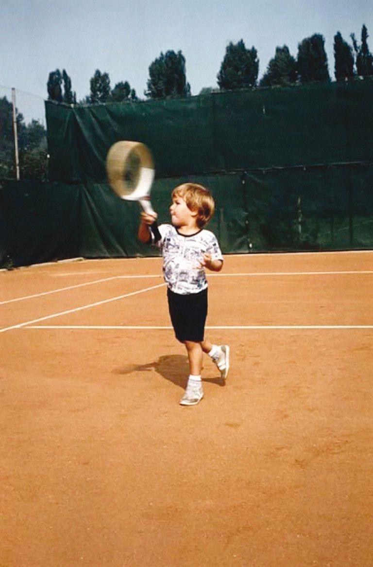 Los primeros golpes de Federer en un court.