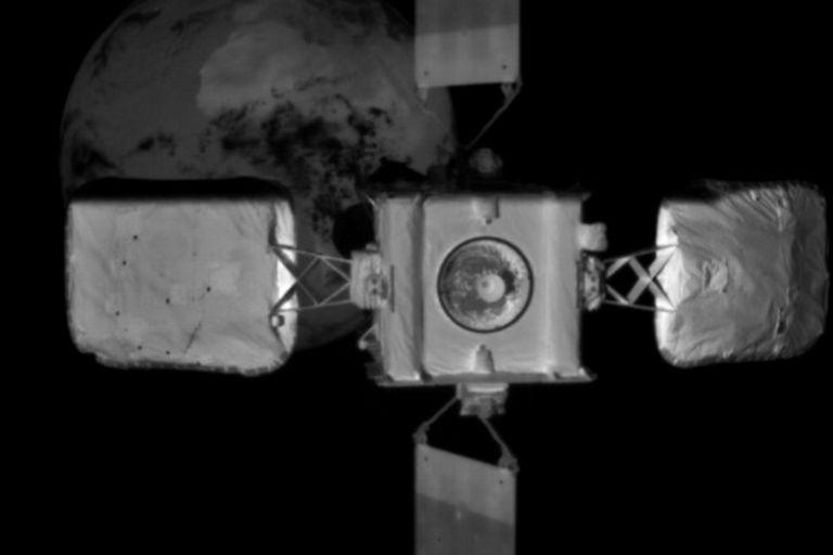 Una vista del Intelsat 10-02 desde el satélite Mission Extension Vehicle-2 (MEV-2) de Northrop Grumman, antes del acoplamiento en órbita