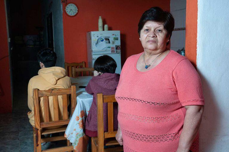 Esther Robledo junto a sus nietos, Valentín y Lara, en su casa de Quilmes