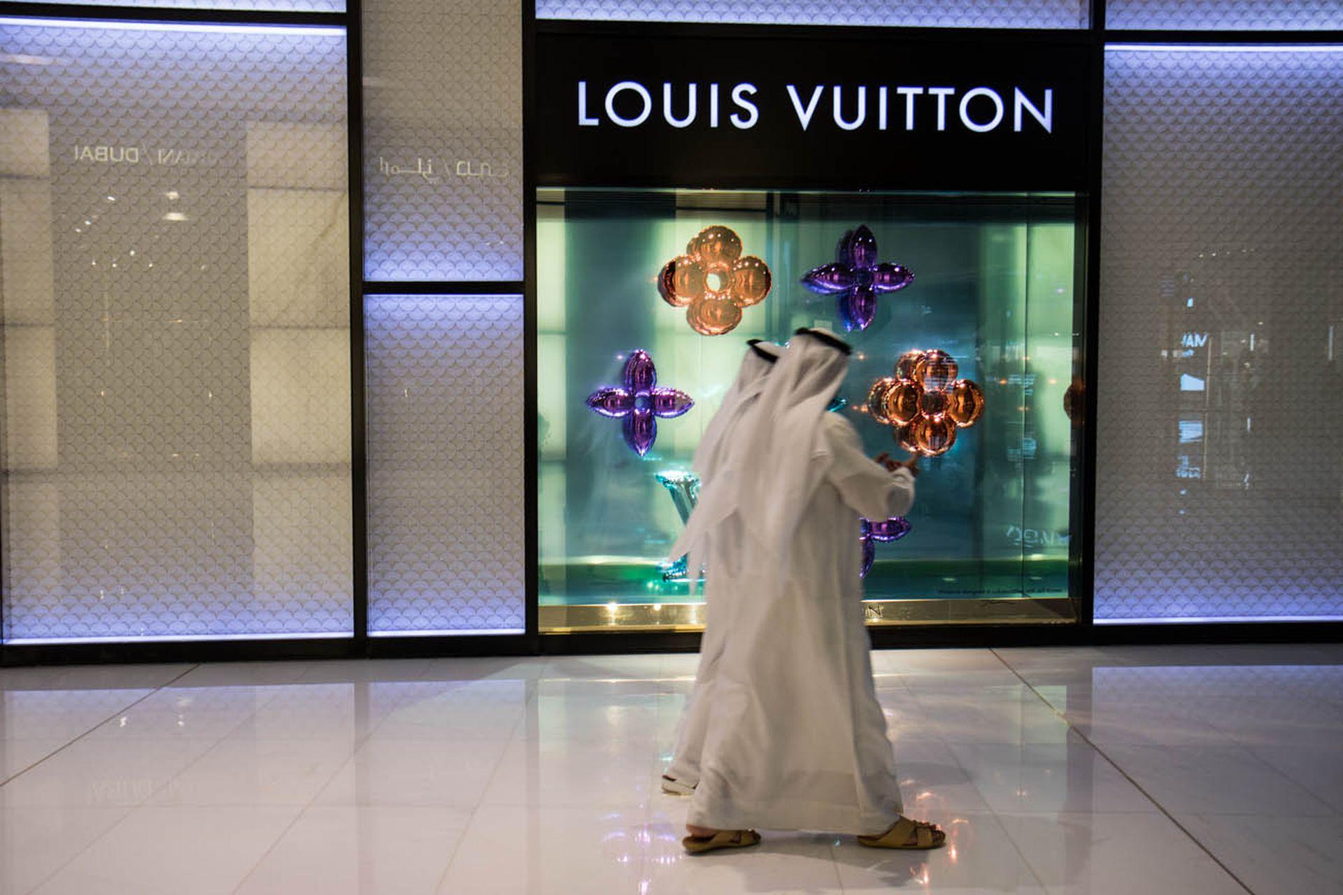 Dos hombres pasean con sus atuendos tradicionales por el Dubai Mall.