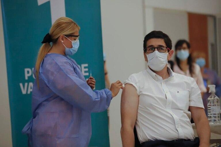 Juan Pablo Caeiro, de 53 años, recibió la primera dosis de la vacuna Sputnik V en el Centro de Convenciones de la ciudad de Córdoba