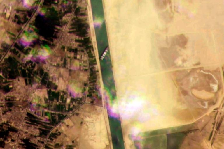 Imagen satelital del buque encallado en el Canal de Suez
