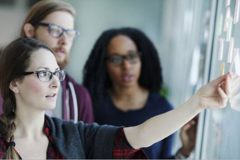 Anotar ideas en Post-it y moverlos para ordenar ideas es una estrategia práctica para reducir el esfuerzo mental o carga cognitiva.