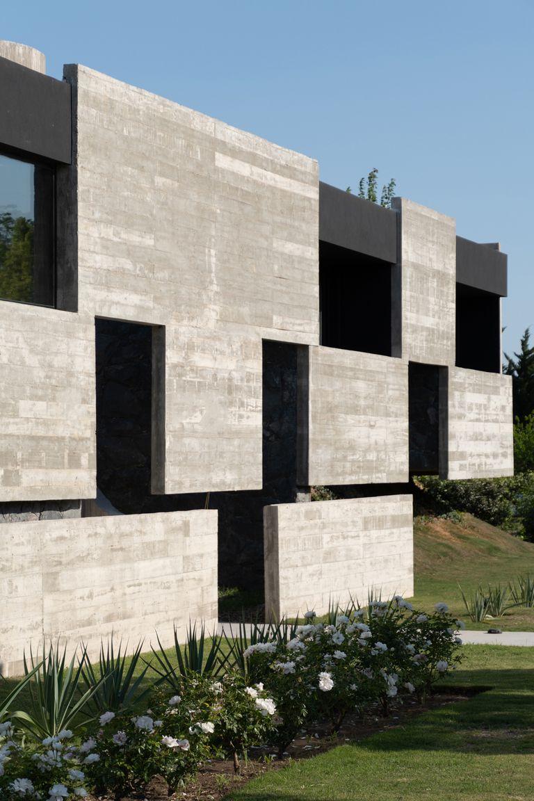 La casa tiene un carácter monolítico generado por una piel de hormigón visto y piedra