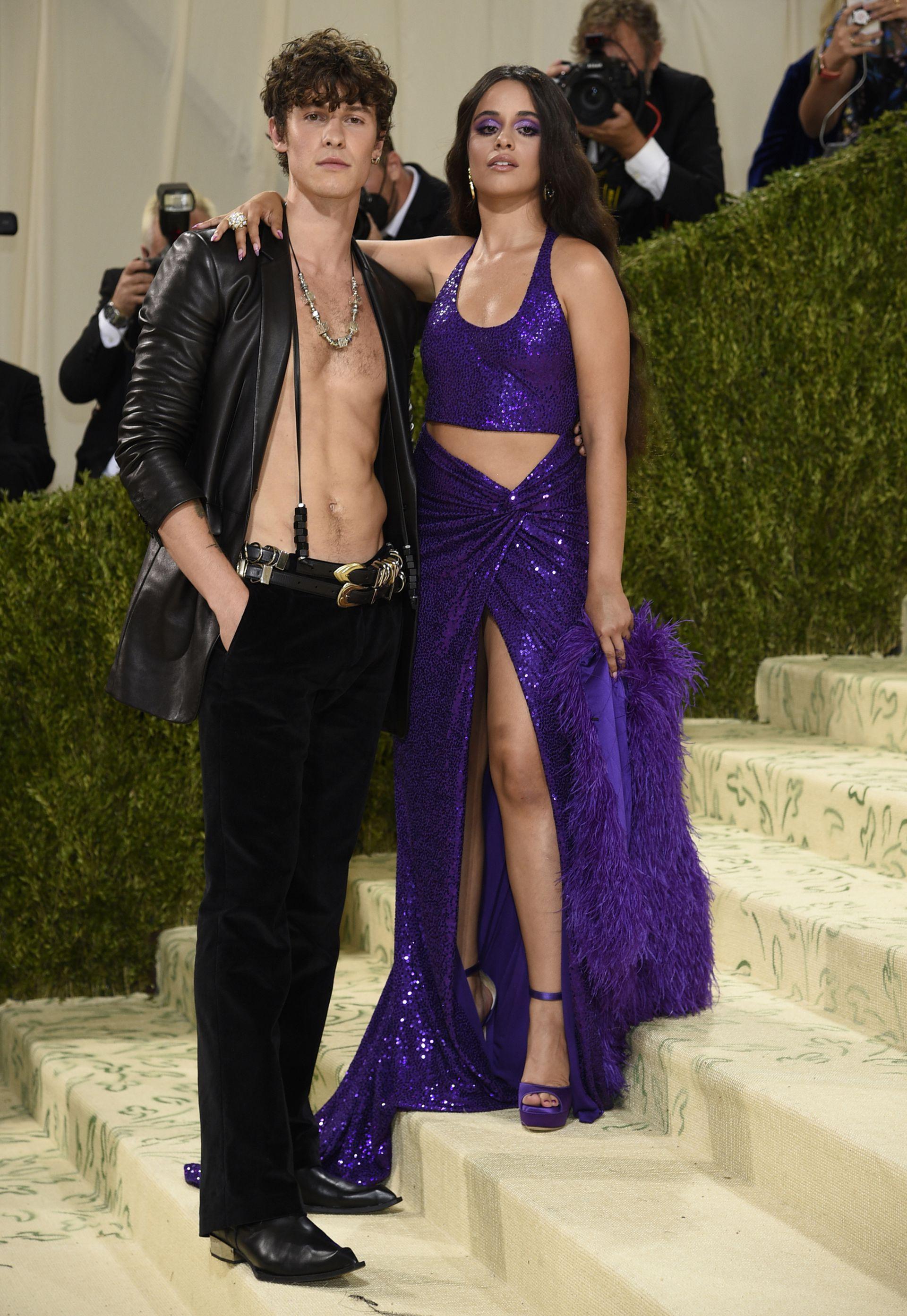 Shawn Mendes y Camila Cabello, con diseños de Michael Kors: él con una campera de cuero y pantalones Oxford de terciopelo y ella con un traje de dos piezas de lentejuelas y calzado a juego