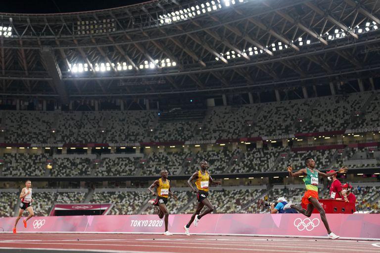 El etíope Selemon Barega festeja al cruzar la meta en primer lugar; ganó la medalla de oro en los 10 mil metros llanos, la primera final del atletismo en Tokio 2020.