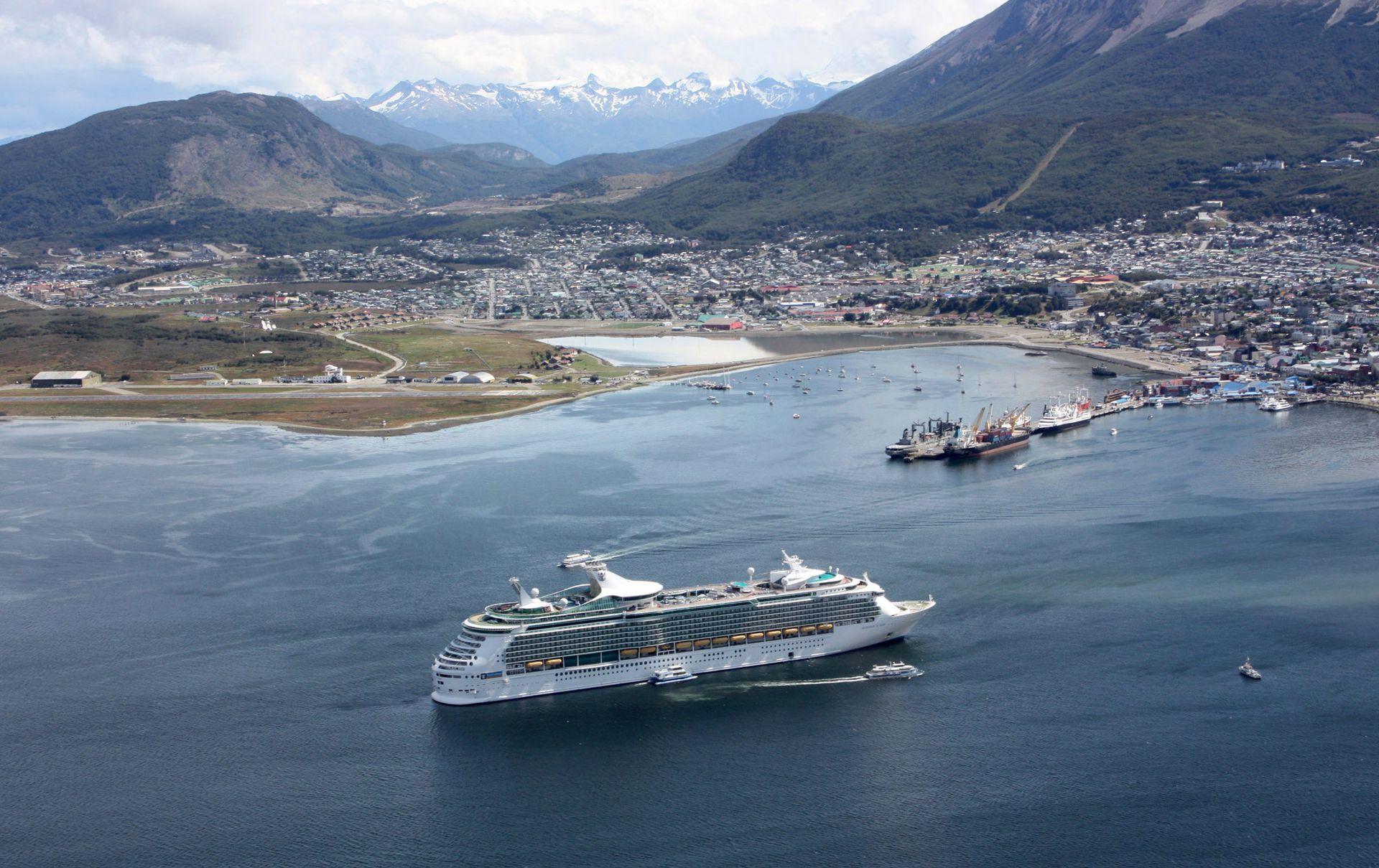 La temporada de cruceros que traía miles de viajeros y no pudo realizarse y la reducción en la conectividad aérea impulsaron la crisis del sector turístico