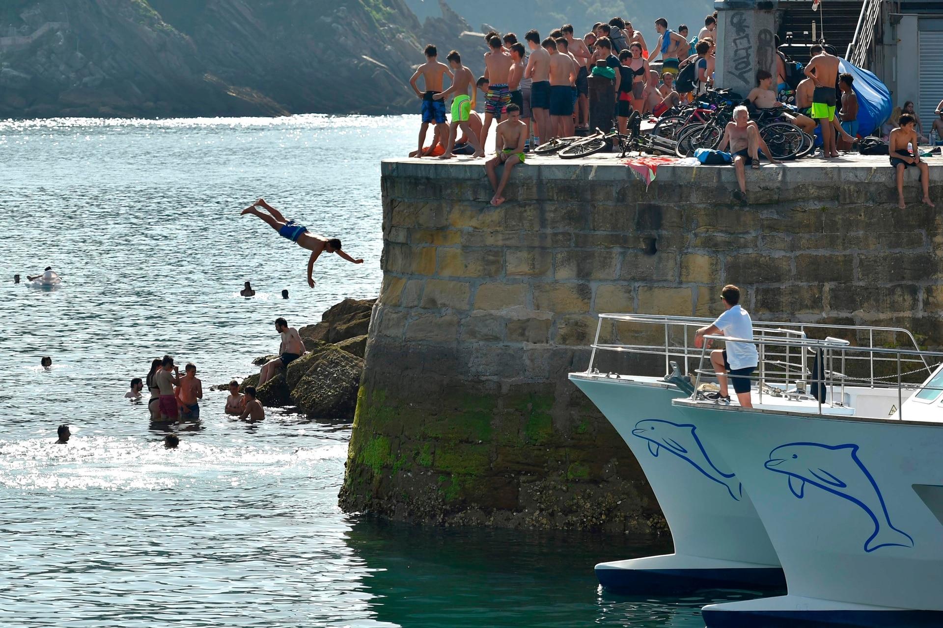 Hombre al agua en San Sebastián, al norte de España