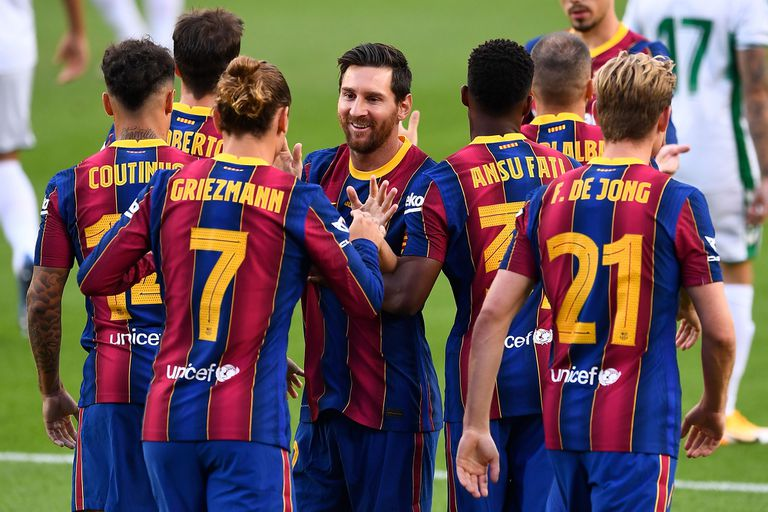 Lionel Messi se abraza con Antoine Griezmann, autor del gol del triunfo de Barcelona.