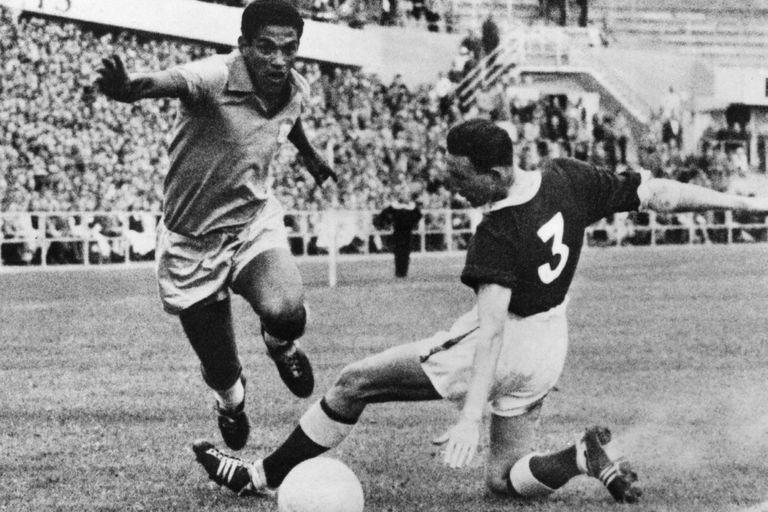 Garrincha  pasa al galés Mel Hopkins, los cuartos de final de Suecia 1958