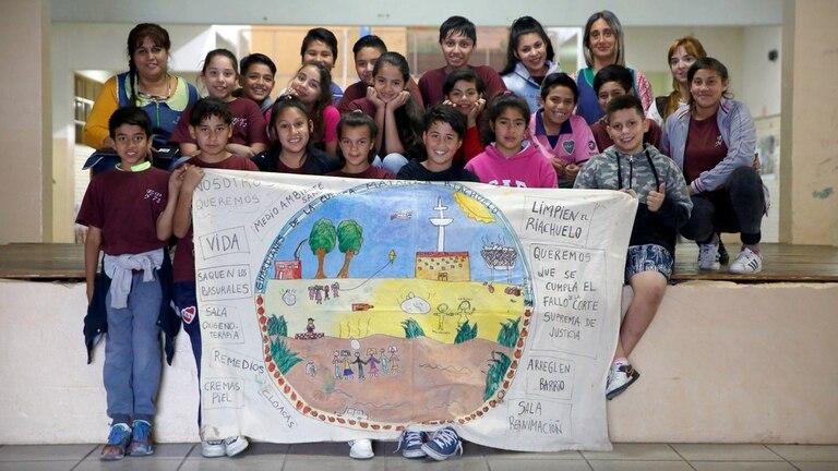 Claudia Leguizamón junto a los alumnos de la Escuela N° 72 Pedro Medrano, en Villa Jardín, Lanús