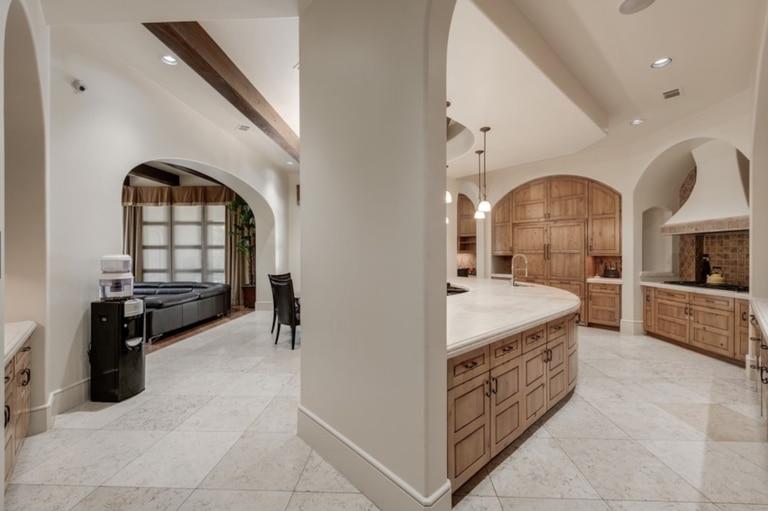La lujosa cocina de mármol de la mansión de Houston