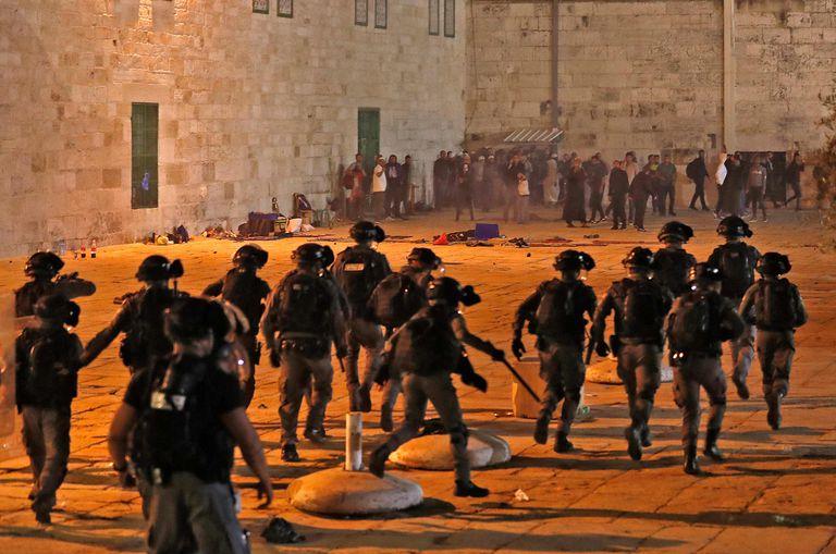 Las fuerzas de seguridad israelíes chocan con manifestantes palestinos en el complejo de la mezquita de al-Aqsa en Jerusalén,