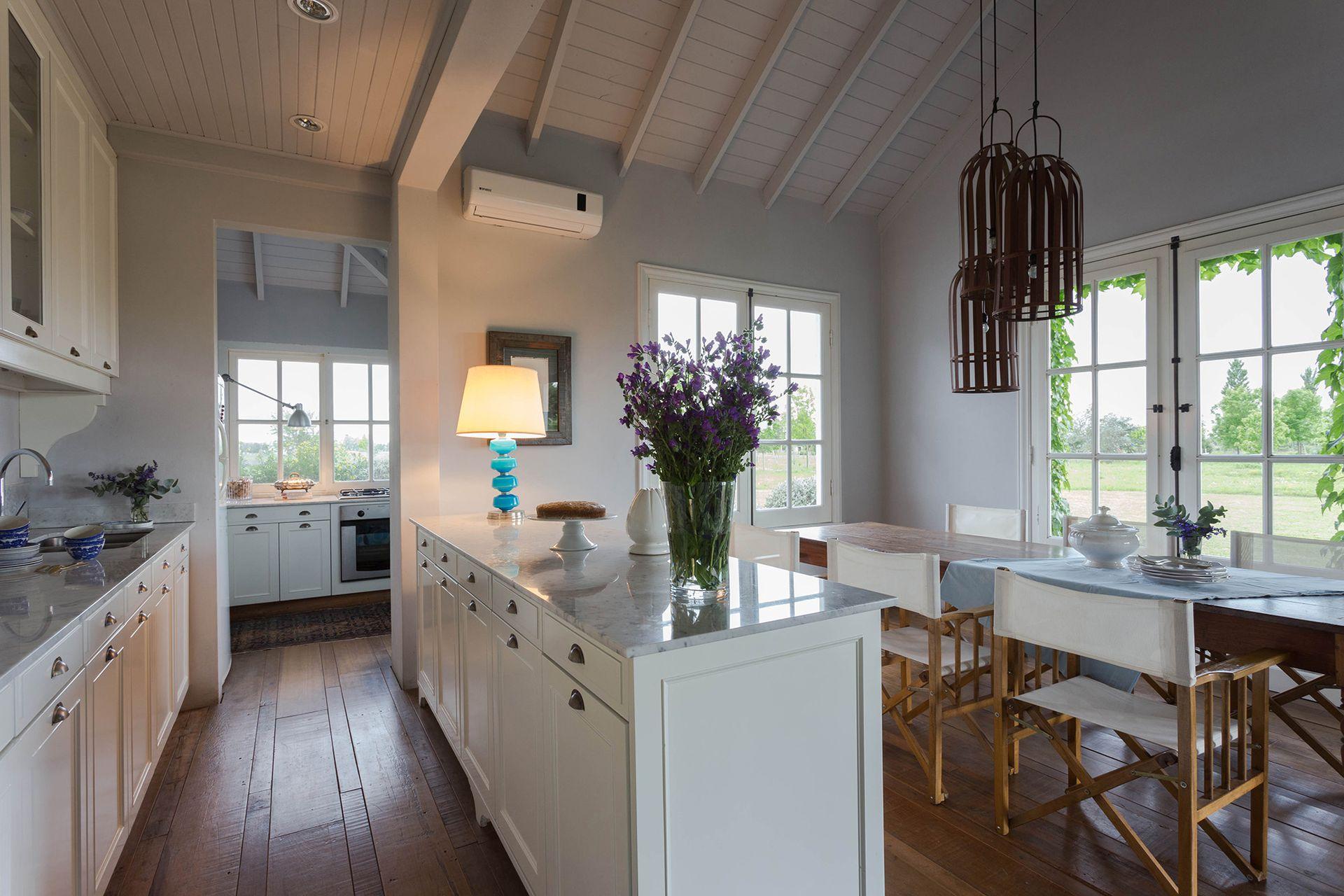 La cocina se pensó como un gran ambiente, con la mesada con bacha paralela a un mueble que funciona como barra.