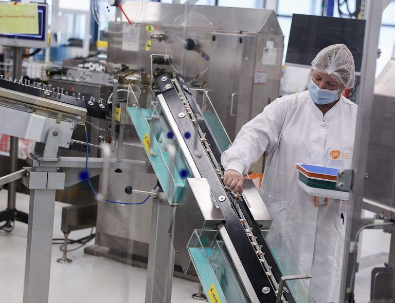 Un científico trabaja en la línea de producción de la compañía GlaxoSmithKline (GSK) en Gran Bretaña donde se espera producir la vacuna de CureVac
