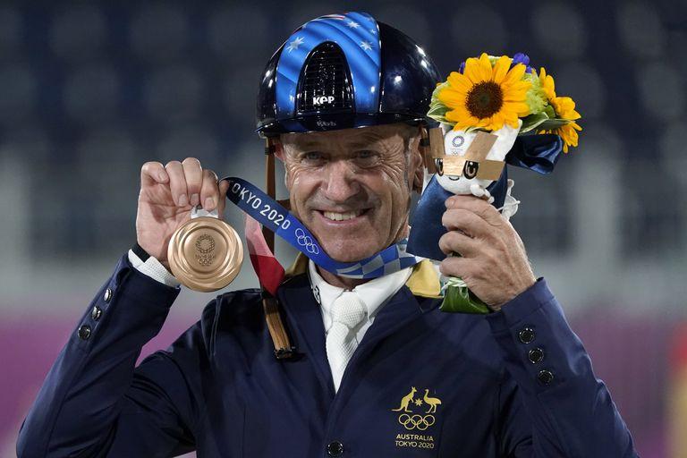 El australiano Andrew Hoy muestra la medalla de bronce que ganó en la final individual de salto ecuestre en el Parque Ecuestre de Tokio en los Juegos Olímpicos de Verano de 2020, el lunes 2 de agosto de 2021 en Tokio, Japón.