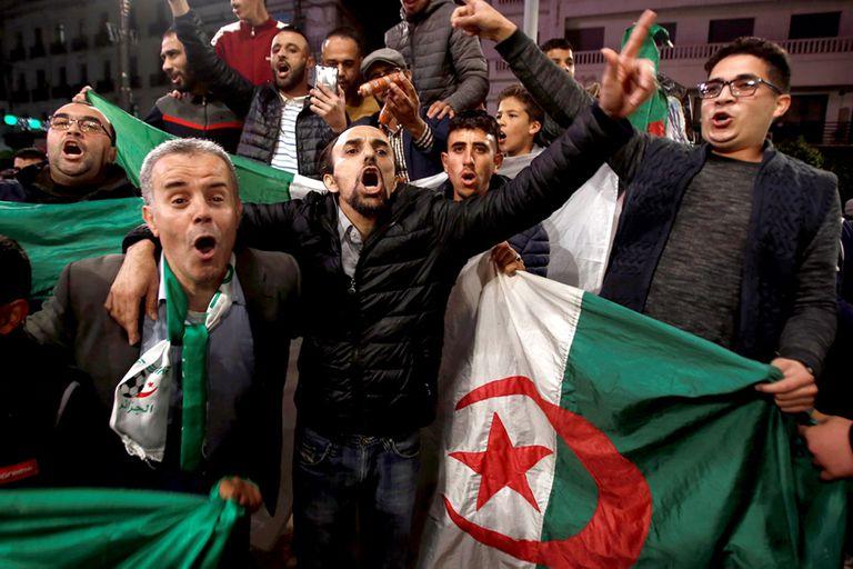 La gente salió a celebrar en las calles de Argel la renuncia de Buteflika