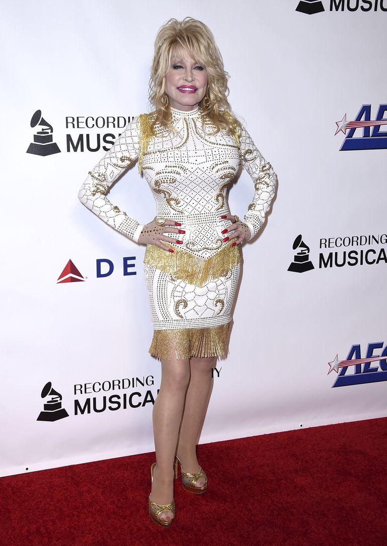 ARCHIVO - En esta foto del 8 de febrero de 2019, Dolly Parton llega a la ceremonia en su honor como Persona del Año de MusiCares en Los Ángeles. El vestido que Parton usó para la ocasión está entre los artículos que se ofrecerán en una subasta a beneficio de la organización MusiCares de la Academia de la Grabación el 30 de enero de 2022, en la víspera de los premios Grammy. (Foto por Jordan Strauss/Invision/AP, Archivo)