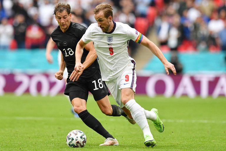 Kane encara con pelota dominada ante la marca de Goretzka, durante Inglaterra-Alemania, por la Eurocopa