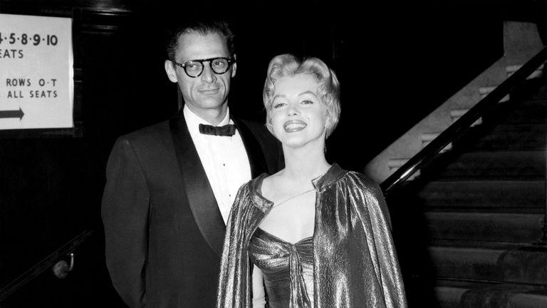Miller y Monroe, en el estreno de la película El príncipe y la corista (1956)
