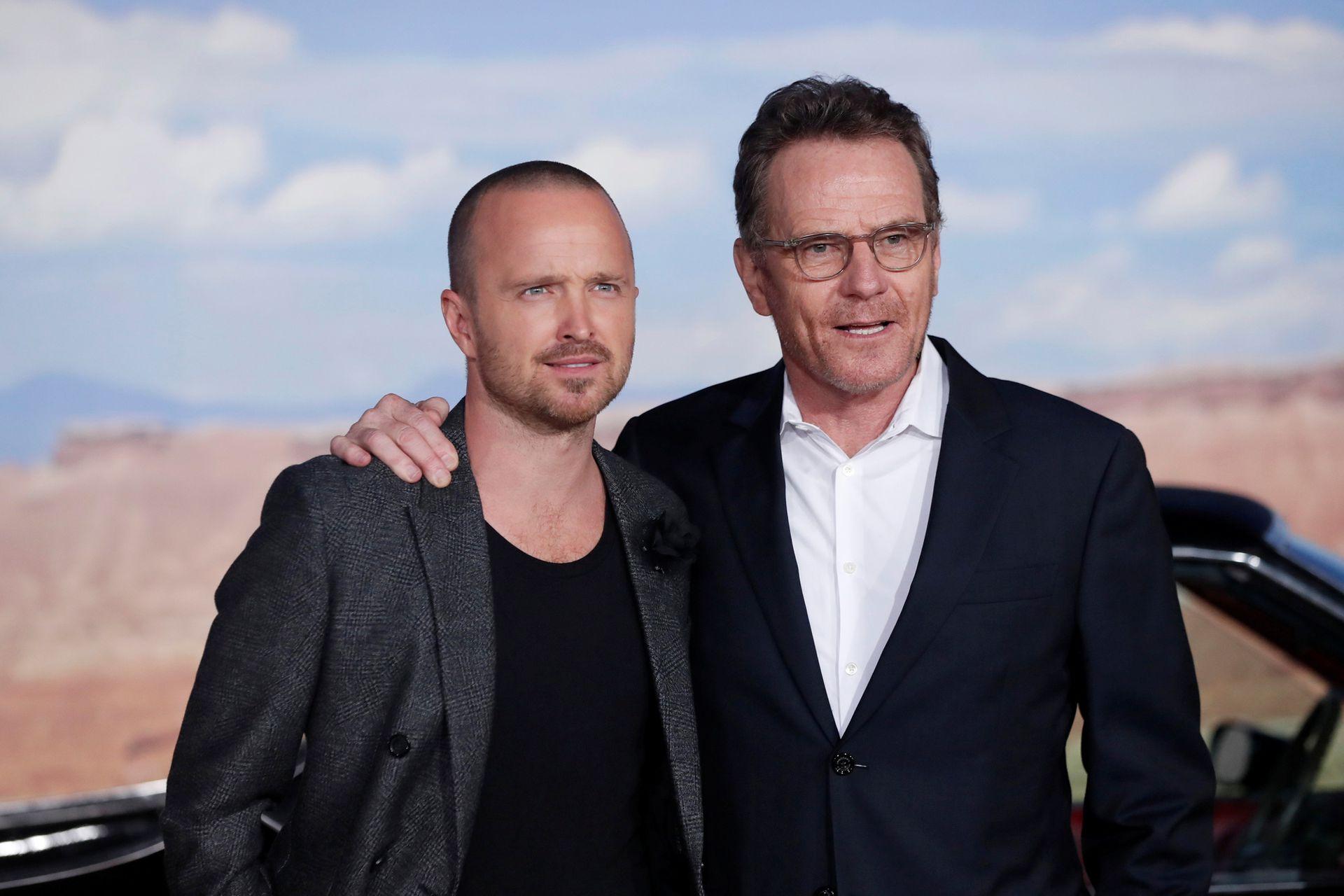 El tan esperado reencuentro: Aaron Paul y Bryan Cranston posaron para las cámaras en el estreno del film que le da continuidad a la exitosa serie Breaking Bad