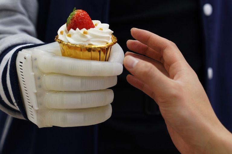 Crean una mano robótica inflable con control táctil en tiempo real