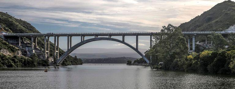 En fotos. Así es el nuevo puente que cruza el lago cordobés San Roque