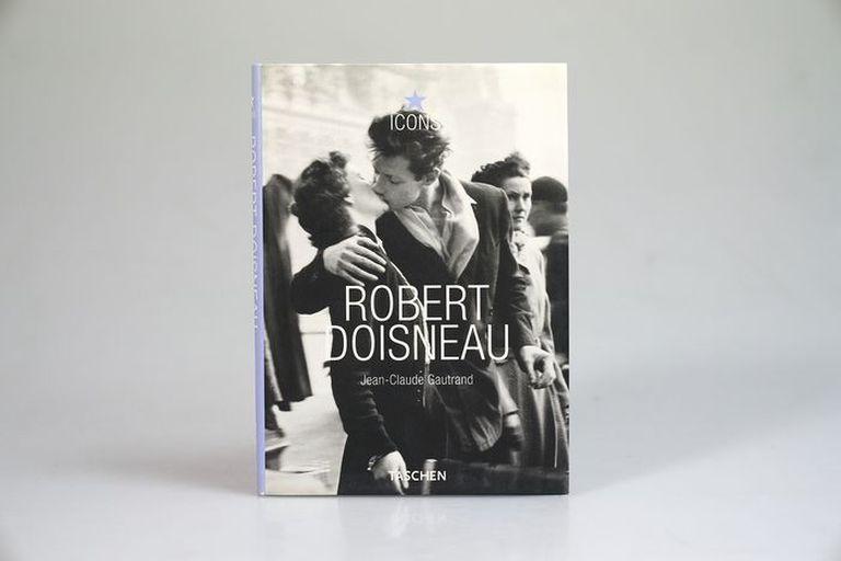 """""""El Beso"""", de Robert Doisneau, en la portada del libro sobre el fotógrafo editado por Taschen"""