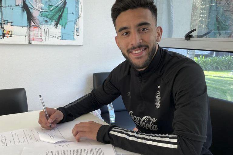 Nicolás González, futbolista del seleccionado argentino, firmó su contrato como nuevo jugador de Fiorentina, de Italia, que pagó 23 millones de euros por su pase a Stuttgart, de Alemania.